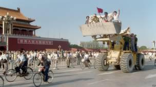 北京工人在天安门城楼前的推土机上