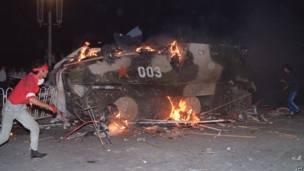 Un blindado en llamas consecuencia de la resistencia de los manifestantes. 4 de junio de 1989. AFP