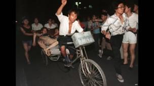 Dos personas heridas son transladadas en rickshaws. 4 de junio de 1989. AFP.