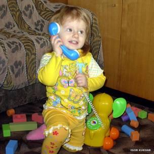 Девочка с игрушечным телефоном в виде слона