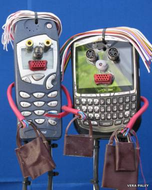 Человеческие фигурки из старых телефонов
