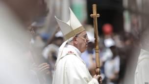 البابا فرانسيس في القداس الذي أقيم في باحة كنيسة المهد.