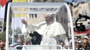 البابا يلوح للمصلين