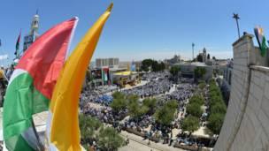 الحشود أمام الكنيسة