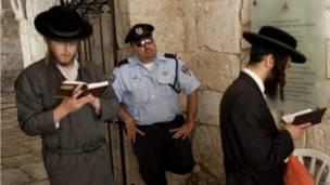 يهود متشددون يصلون أمام حائط البراق (المعروف بحائط المبكى عند اليهود)