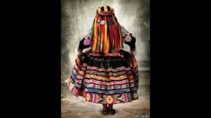 Vestido tradicional na Província de Espinar, em Cusco, em 2007. (Mario Testino)