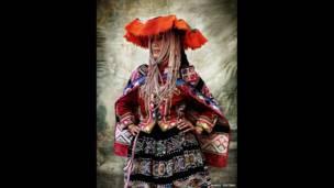 Exemplo de vestimento da comunidade rural de Chahuaytire, no Distrito de Pisac, na Província de Calca, em Cusco, em 2012. (Mario Testino)