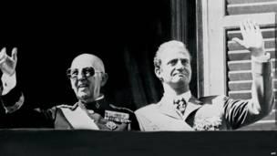 Фото из архива: 1975 год, генерал Франко и принц Хуан Карлос
