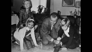 Архивное фото 1976 года: король Хуан Карлос и его супруга играют с детьми