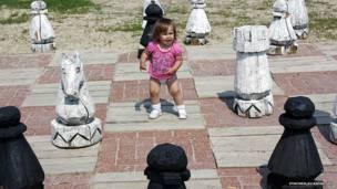 Девочка на огромной шахматной доске