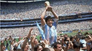 डिएगो माराडोना (1982, 1986, 1990, 1994- 8 गोल)