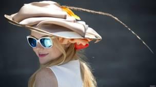 न्यूयॉर्क में आयोजित घुड़दौड़ बेलमोंट स्टेक्स के दौरान खूबसूरत हैट में नज़र आई हसीनाएं