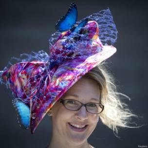 न्यूयॉर्क में आयोजित घुड़दौड़ बेलमोंट स्टेक्स के दौरान ख़ूबसूरत हैट में नज़र आई हसीनाएं
