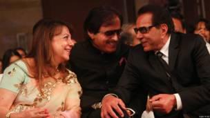 संजय ख़ान, और उनकी पत्नी ज़रीन ख़ान के साथ धर्मेंद्र