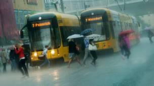 Люди под дождем в Дрездене