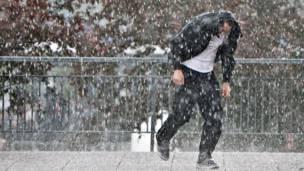 Мужчина под проливным дождем
