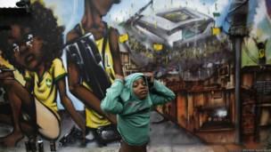 Artistas usam muram da cidade para protestar contra o Mundial