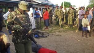 Кенийский военный над телом одного из убитых боевиками
