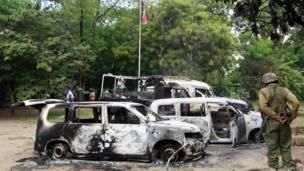 Сгоревшие машины у полицейского участка