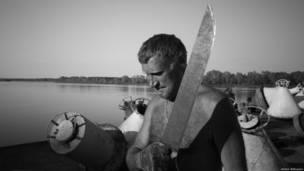 Мужчина с огромным ножом в руках