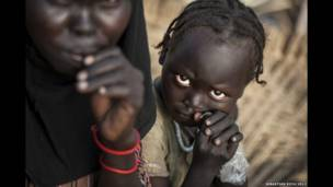 جنوبی سوڈان کے علاقے مابان میں بہ گھر بچے