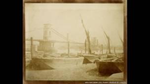 (Puente de Hungerford, auto laminado, hecho alrededor de 1845.  William Henry Fox Talbot).