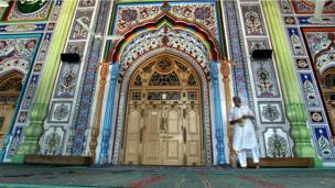 الصورة لمسجد في باكستان