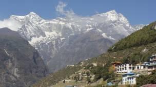 नामचे के नज़दीक स्थित पहाड़ियाँ
