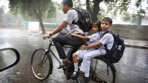 मॉनसून की बारिश, दिल्ली, स्कूल से लौटते बच्चे