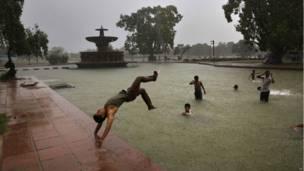 मॉनसून, बारिश, दिल्ली, बारिश में भीगते हुए लड़के