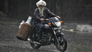 मॉनसून, चंडीगढ़ में बारिश में भीगता हुआ दूधवाला