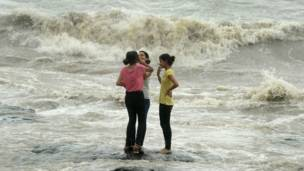 मॉनसून, बारिश, समुद्र तट, लड़कियाँ