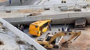 حافلة تحت الجسر