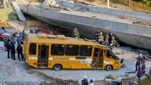 الحافلة بعد خروجها من تحت أنقاض الجسر