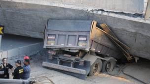شاحنة تحت الجسر