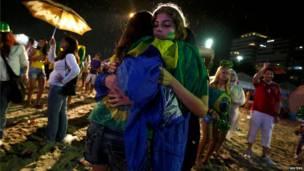 الجمهور البرازيلي على شاطئ كوباكابانا في ريو دي جانيرو في 8 يوليو/تموز 2014 - رويترز