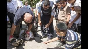 Expertos en explosivos levantan los restos de un cohete