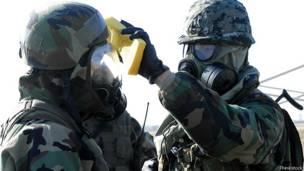 Военные обеззараживают друг друга