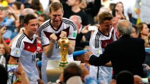 Президент ФИФА Блаттер поздравляет Кевина Гросскрейтца