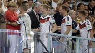 Меркель поздравляет игроков