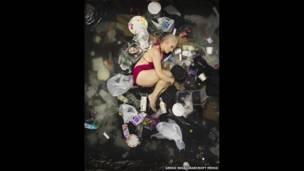 Susan rodeada de su basura de siete días en Pasadena, California (EE.UU.).