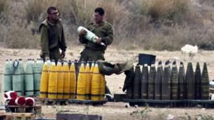 Un soldado israelí carga un proyectil junto a una unidad móvil de artillería, este viernes.