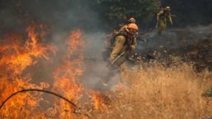 """Miembros del equipo de bomberos de la base Vina Helitack combaten las llamas del """"Incendio de Arena"""", cerca de Plymouth, California. REUTERS"""