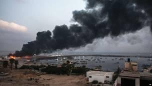 После нескольких обстрелов здание в Газе загорелось.