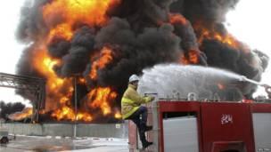 Палестинский пожарный пытается потушить возгорание на электростанции Газы