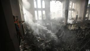 Палестинцы тушат огонь в мечети.