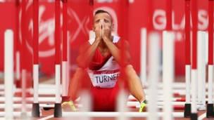 ग्लासगो में हो रहे राष्ट्रमंडल खेलों के दौरान इंग्लैंड के एंडी टर्नर 110 मीटर हर्डल पूरी न कर पाने के दुख में ट्रैक पर ही बैठ गए.