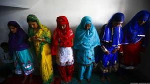 नेपाल की कश्मीरी मस्जिद में ईद की नमाज़ अदा करती महिलाएं.