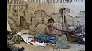 বাড়ির সামনে ইলেকট্রনিক ভাঙছেন কচিমুনি
