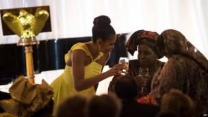Umutambukanyi w'umukuru wa Amerika, Michelle Obama asangira ikirahure mu gihe c'inama y'abakuru ba Afrika na Amerika.